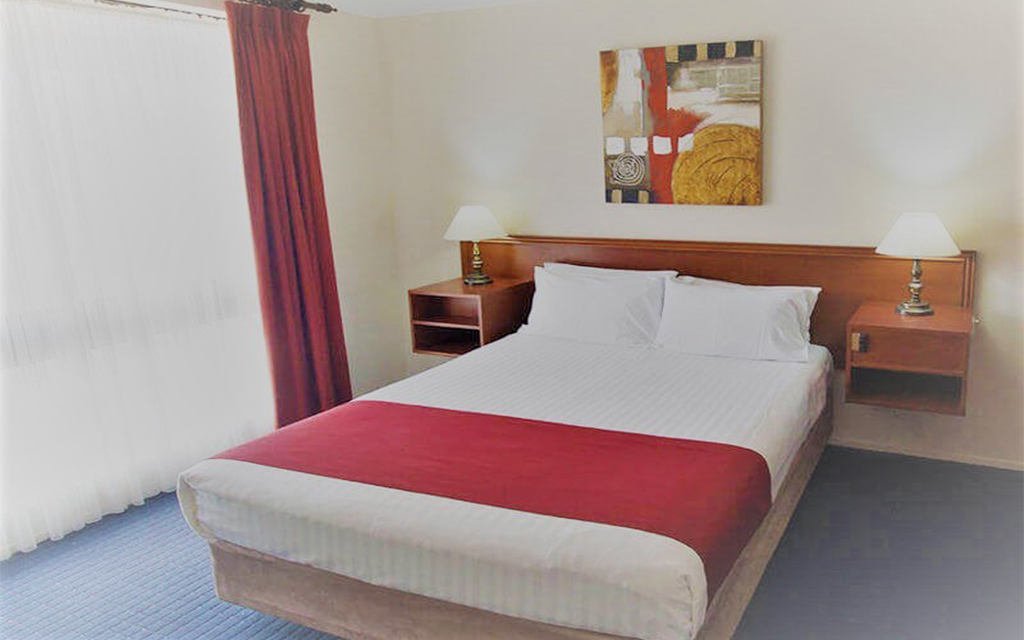 deluxe queen room with spa bath and bush view