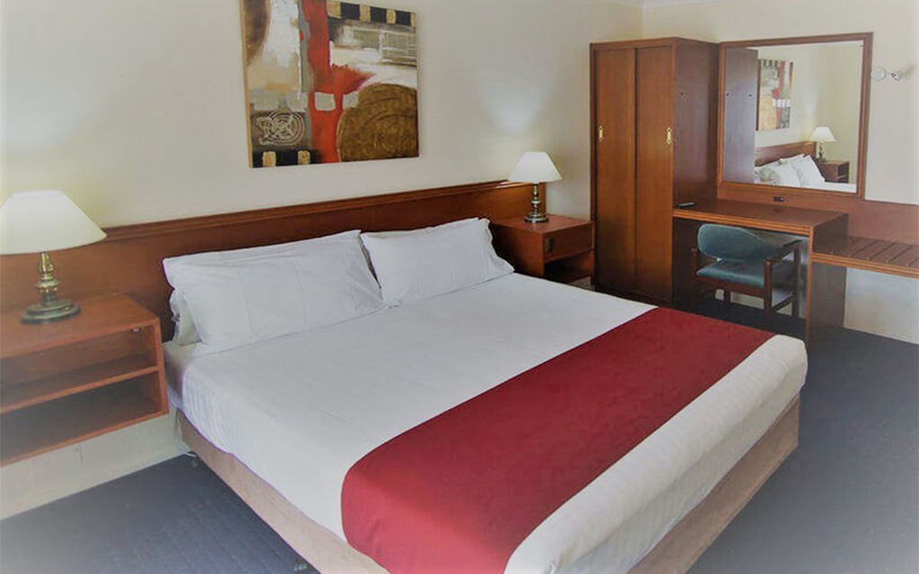 deluxe two-bedroom suite w spa bath n bush view